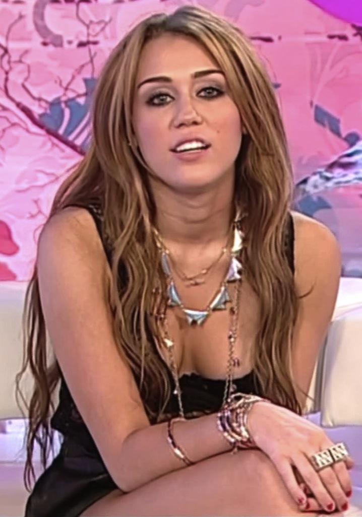 miley cyrus hot cleavage